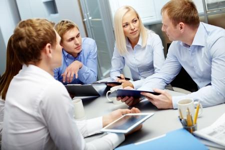 colaboracion: Imagen de grupo de empleados de discutir nuevas ideas o proyectos a satisfacer Foto de archivo