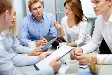colaboracion: Imagen de varios empleados discutiendo nuevas ideas en grupos a atender