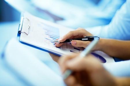 curso de formacion: Primer plano de la mano de la empresaria con la escritura del documento en la conferencia de