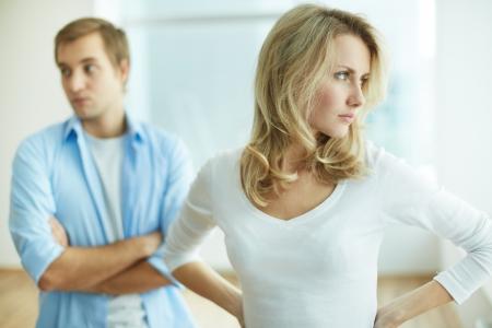 argument: Afbeelding van jonge verstoorde vrouw in ruzie met haar man
