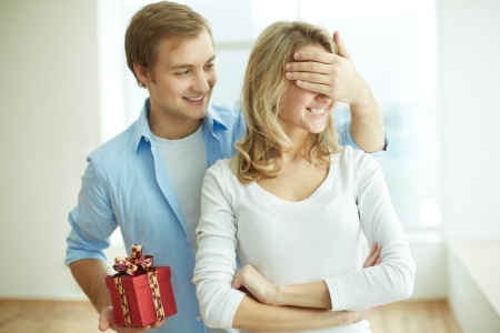 jeune mec: Image de jeune homme avec coffret fermant les yeux copine pour faire une surprise pour elle