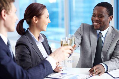 buen trato: Retrato de los empleados felices celebrando llamativo mucho a satisfacer