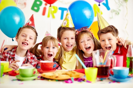 ni�os riendose: Grupo de ni�os adorables que se divierten en la fiesta de cumplea�os Foto de archivo