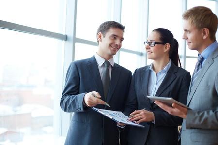 Imagen de grupo de empleados de discutir nuevas ideas o proyectos a satisfacer