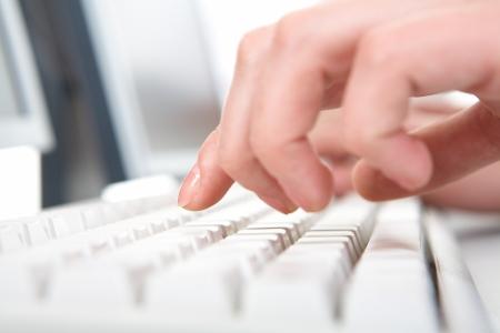 ordinateur bureau: Photo de mains femelles poussent touches du clavier Banque d'images