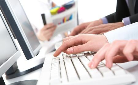 teclado: Foto de las manos femeninas que empujan las teclas del teclado Foto de archivo