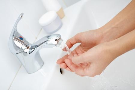 lavandose las manos: Primer plano de las manos del hombre que se lavan bajo una corriente de agua pura del grifo