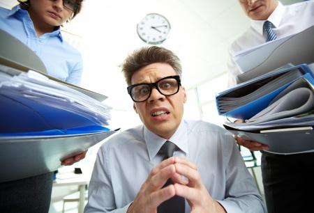 Office manager in paniek als gevolg van stapels documentatie