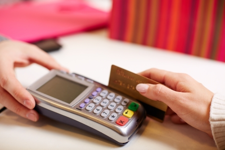 Close-up de pago a través de tarjeta de plástico máquina