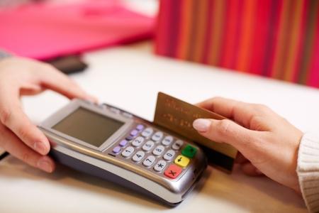 Close-up del pagamento tramite macchina di carta di plastica