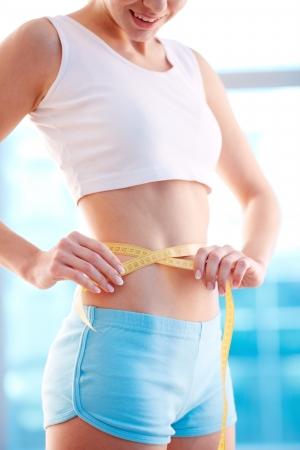 cintura: Imagen de la mujer delgada mide su cintura Foto de archivo