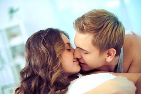 jovenes enamorados: Joven pareja afectuoso beso Foto de archivo