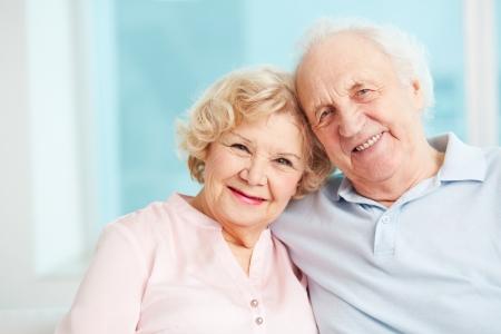 pareja en casa: Retrato de una pareja de ancianos disfrutando de su jubilaci�n sincero Foto de archivo
