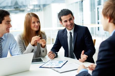 negócio: Imagem de parceiros de neg?cios discutir documentos e id?ias a atender