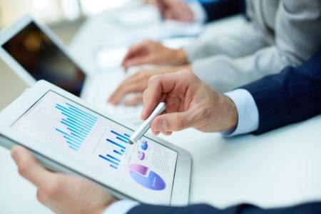 crecimiento personal: Imagen de la mano humana con el puntero sobre el documento de negocios en la pantalla t�ctil a satisfacer