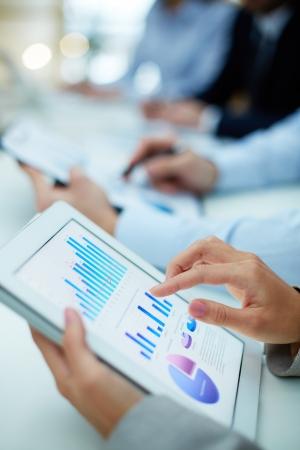 recursos financieros: Imagen de la mano humana que se�ala en la pantalla t�ctil en el entorno de trabajo a cubrir