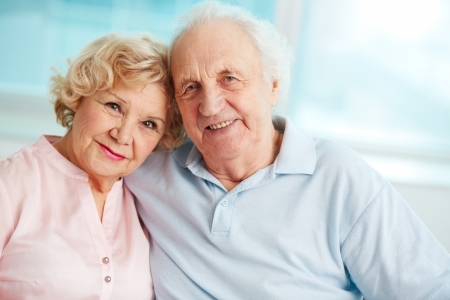 anciano feliz: Retrato de una pareja de ancianos disfrutando de su jubilaci�n sincero Foto de archivo