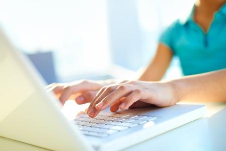teclado: Close-up shot de una escritura estudiante hembra en el teclado del ordenador port�til Foto de archivo