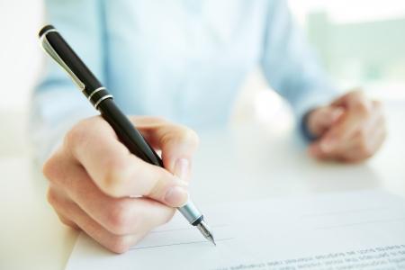 Close-up beeld van een bedrijf vrouw die aan haar handtekening zetten