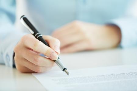 legal document: Negocios trabajador de firmar el contrato para concluir un acuerdo Foto de archivo