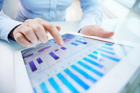 비즈니스 문서와 터치 스크린에 인간의 손으로 가리키는 이미지