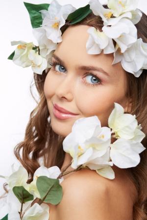 fair skin: Retrato vertical de una muchacha hermosa flor mirando a c�mara Foto de archivo