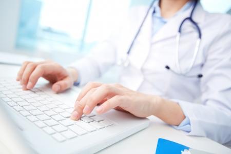 enfermeros: Primer plano de un trabajador m�dico escribiendo en la computadora port�til