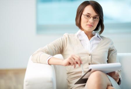 terapia psicologica: Retrato de un consejero amistoso estar listo para tomar notas