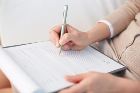 Vrouw adviseur neer te schrijven wat informatie over haar patiënt
