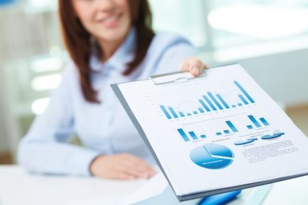 recursos financieros: Imagen del documento de negocio que se muestra por las mujeres
