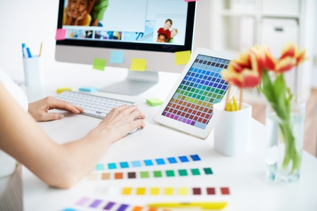 Créateur féminin travaillant avec des couleurs Banque d'images - 31276018