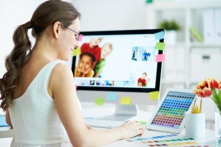 trabajaba: Retrato de mujer bonita dise�ador trabajar con colores en casa