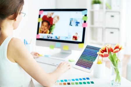 mujeres sentadas: Dise�ador Mujer trabajando con el ordenador en casa