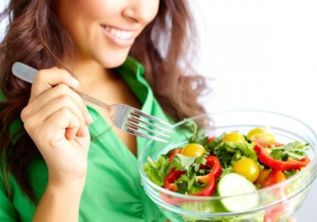 comidas saludables: Primer plano de chica bonita comiendo ensalada de verduras frescas Foto de archivo