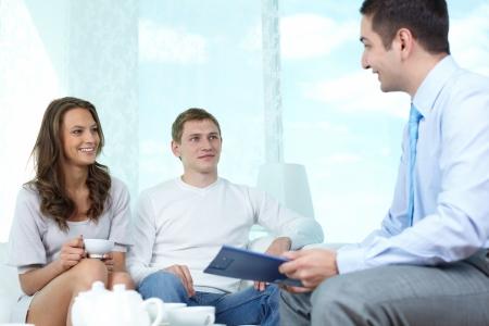 makler: Positive Familientreffen mit einem Berater in finanziellen Angelegenheiten zu diskutieren