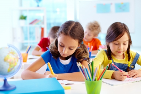 Geconcentreerde schoolkinderen het bezig zijn met een taak