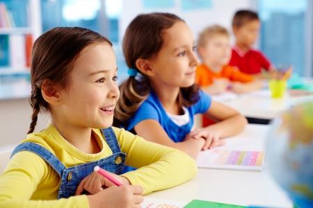 koncentrovaný: Docela školní děti je pozorný na lekci