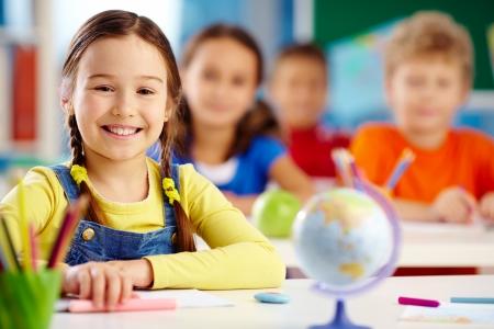 ni�os en la escuela: Retrato de un estudiante de escuela primaria con una sonrisa dentuda