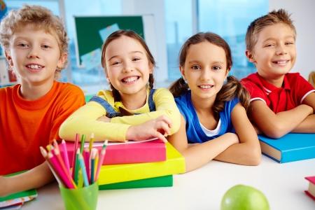dentudo: Retrato de escolares alegres sonrisas toothy intermitentes