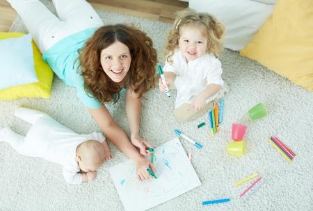 El retrato antes vista de una hermosa niñera cuidado de niños lindos