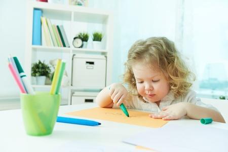 diligente: Diligente preescolar dibujo infantil en el hogar