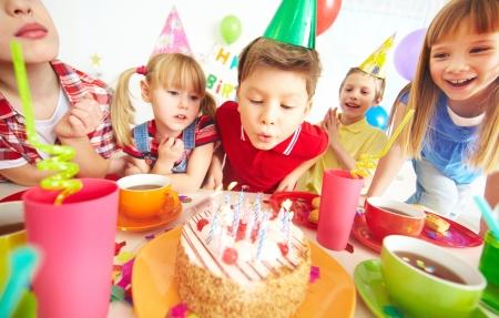 pasteles de cumplea�os: Grupo de los adorables ni�os se reunieron alrededor de la torta de cumplea�os con velas