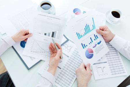 businesspartners: Por encima de �ngulo de maduras manos businesspartners durante la discusi�n de los documentos