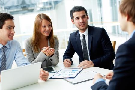reunion de trabajo: Imagen de socios de negocios que discuten documentos e ideas a satisfacer Foto de archivo
