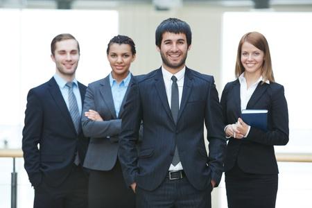 grupos de personas: Grupo de hombres de negocios amigable con el l�der masculino frente Foto de archivo