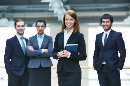 happy young: Grupo de hombres de negocios inteligente con jefa feliz delante Foto de archivo