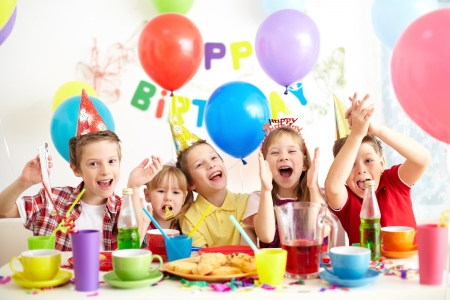 enfants qui rient: Le groupe de gosses adorables s'amuser � la f�te d'anniversaire Banque d'images