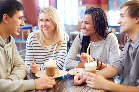 amigas conversando: Imagen de amigos adolescentes en el chat mientras que pasar tiempo en el caf� Foto de archivo