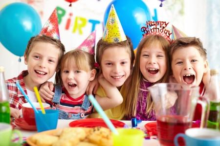Gruppe entzückende Kinder, die Geburtstagsfeier Standard-Bild