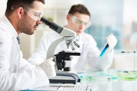 biotecnologia: M?dicos graves que estudian los elementos qu?micos en el laboratorio